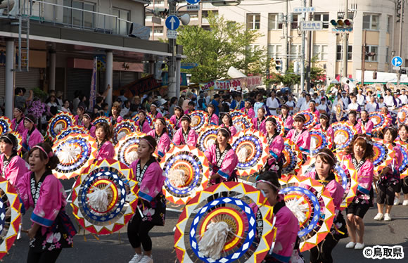 きなんせ鳥取 約4,200人が躍る!世界最大級の傘踊り「鳥取しゃんしゃん祭」 [日帰り]