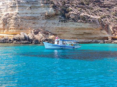 船が浮かぶランペドゥーサ島の絶景と南イタリア・シチリア島の夢の休日8日