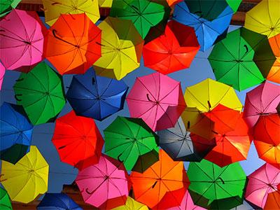 【成田発】カラフルに染まる「傘の空」や縞々コテージが並ぶ「パジャマシティ」へ!カラフル!ポルトガル6日
