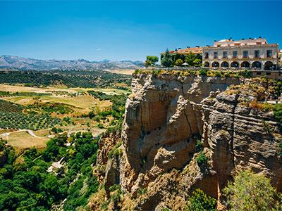 崖の上からの眺望が楽しめる「スーペリアルーム」に泊まる!断崖絶壁に建つロンダのパラドールに泊まる 憧れのスペイン9日