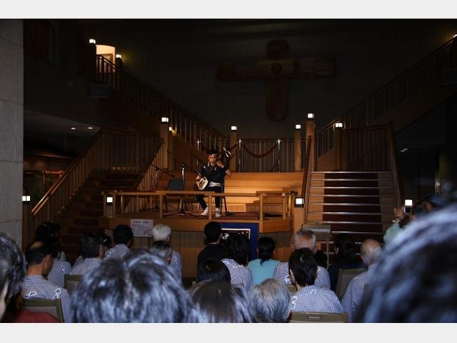 毎晩20時30分から1階ロビー舞台で、津軽三味線ライブを開催。