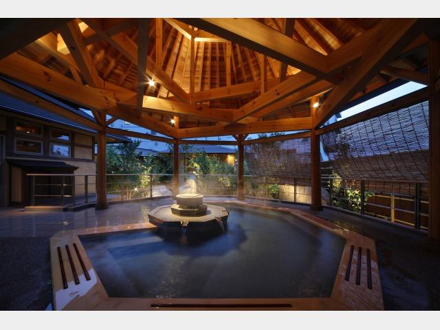 源泉掛け流しの「南部曲り家の湯」赤松の湯露天風呂