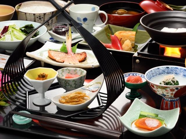 朝食一例 地元の食材を使用した体に優しいメニューの和定食でご用意しております。