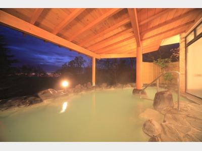 那須の名湯「鹿の湯」を引湯した乳白色の露天風呂