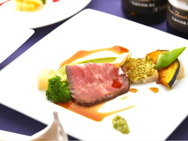 【夕食】メインの肉料理では、栃木県産和牛のローストビーフをお愉しみください