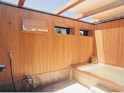 木の香りがやさしい露天風呂「螢火の湯」