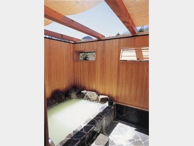 溶岩石を使用した露天風呂「笠見の湯」