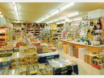 売店 お土産、駄菓子類、各種お飲み物、生活雑貨など幅広く取り揃えております