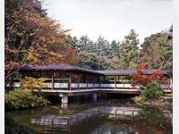 秋の庭園と渡り廊下