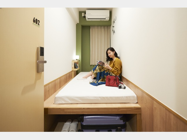 全室カードキー完備のプライベートルーム。天井の高さもあり足元には荷物入れスペースも。一人旅でも安心です。