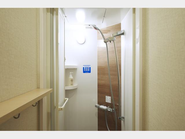 ドイツGROHEのシャワーヘッドを全ブース完備。レインシャワーのようにも使える一級品です。リンスインシャンプー・ボディーソープ有。