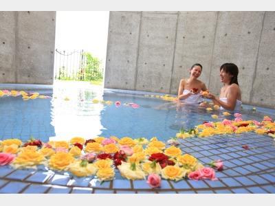 女性用には生のバラを浮かべたお風呂も・・