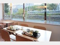 窓から電車を眺めながらの朝食