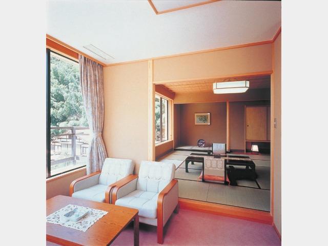 華翔苑和室(庭園側) 一例