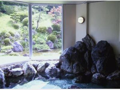 日本庭園の見える露天風岩風呂