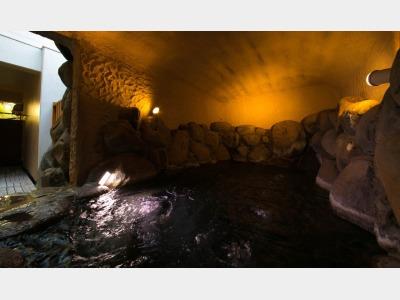 """""""鬼の岩屋""""をイメージした当館自慢の「洞窟風呂」"""