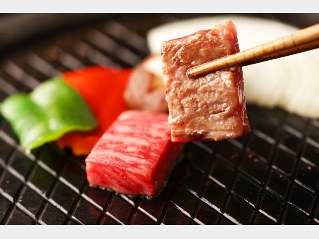 熔岩プレートで焼くお肉はやわらかくジューシーです。