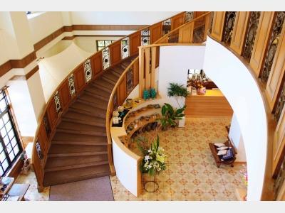 2階へと続く螺旋階段