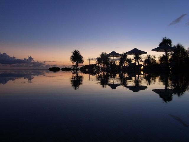 プールサイドの夕景