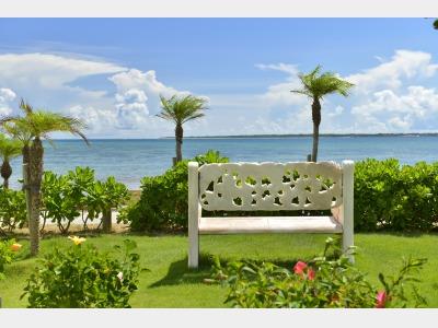 【ホテル中庭】青い海と竹富島を正面に臨む絶好のロケーション