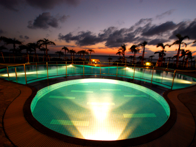 【屋外プール】ライトアップされた屋外プール