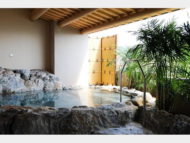 【大浴場】ホテル内大浴場には露天風呂も
