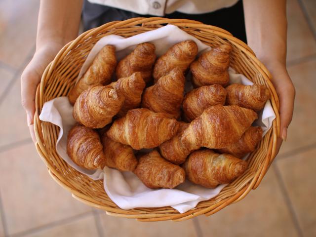 【朝食イメージ】焼きたてのパンもご用意