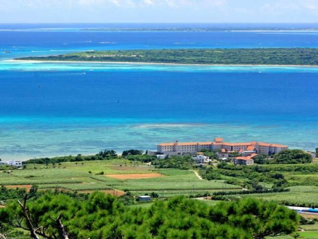 青い海を望むリゾートホテル