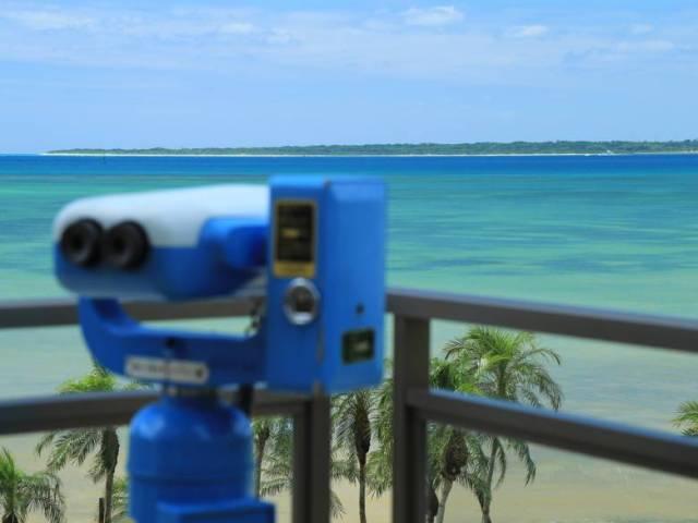 ロビーに設置の望遠鏡からは竹富島や西表島がご覧頂けます