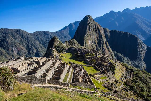 ペルー南東部にある都市クスコから鉄道でさらに山奥へ行くこと3時間余り、標高2280mの高地に、壮大なインカ帝国の都市遺跡が姿を現します。雲海の中に浮かぶインカ帝国の繁栄を物語る姿は、同じ人類がこんな都市を造れるのかという驚きと、いまだ解明されない数々の謎への好奇心を呼び覚ますことでしょう。
