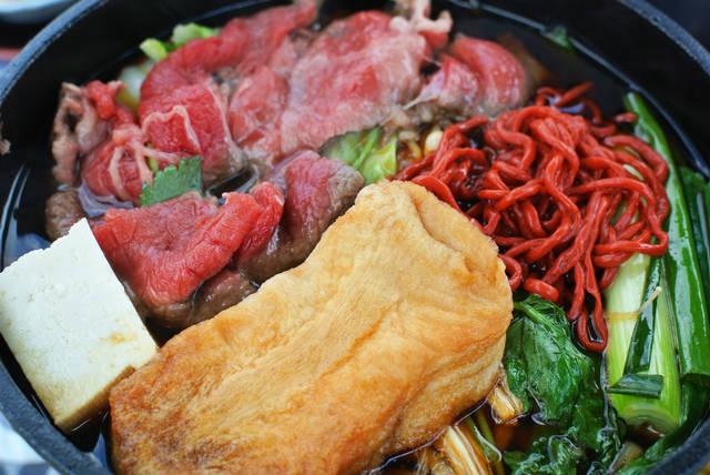 近江牛、丁子麩、赤こんにゃくのすき焼き