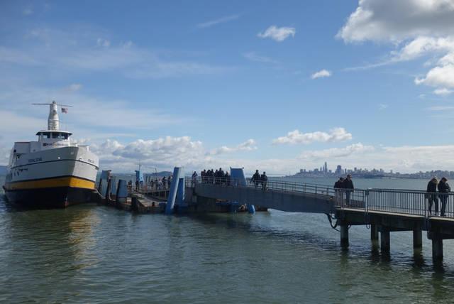 フェリーが到着。下船客を降ろしたら、乗船が始まります。