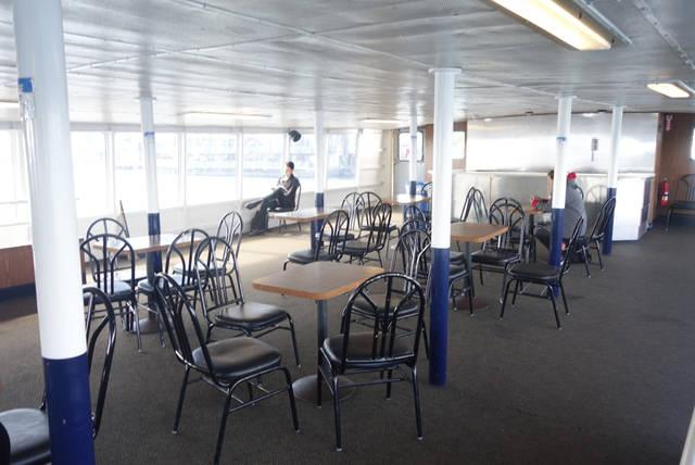 2階の客室。椅子と机が並んでいます。