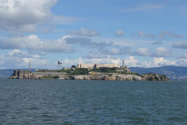途中、アルカトラズ島の横を通過します。