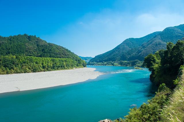 be95a47982 アウトドアやキャンプを楽しみたい家族におすすめなスポットが、高知県にある仁淀川です。仁淀川は日本の中でもきれいな川として知られ、夏になると川遊びだけでなく、  ...
