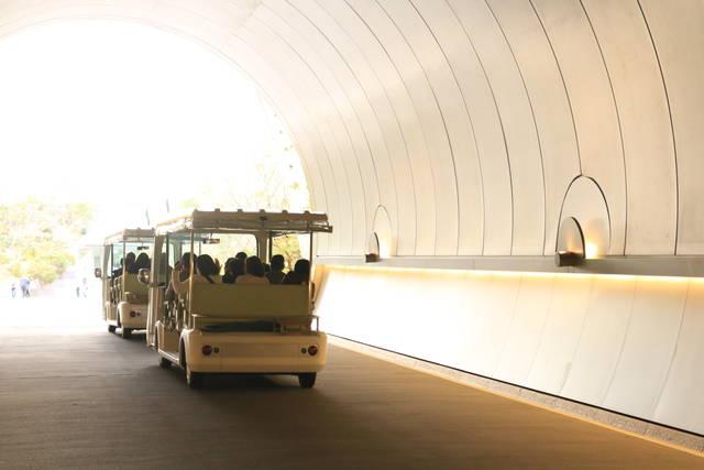 トンネル内を走る電気自動車