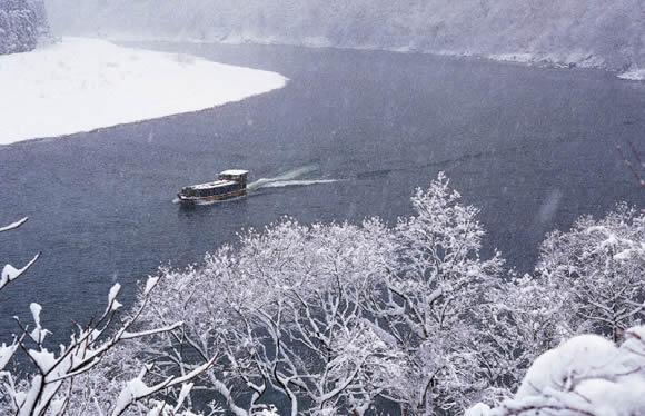 令和初の新春祈願!新潟で過ごすお正月 彌彦神社参拝と雪見船で下る阿賀野川 3日間