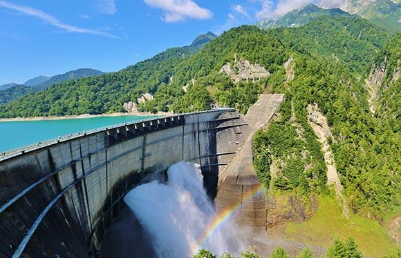 国内最大級のスケールを誇る黒部ダムの一般非公開トンネル特別見学と黒部湖ガルベ クルージング 2日間